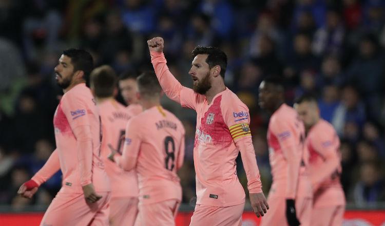 Leo Messi y Suárez alivian la angustia del Barcelona en el campo del Getafe