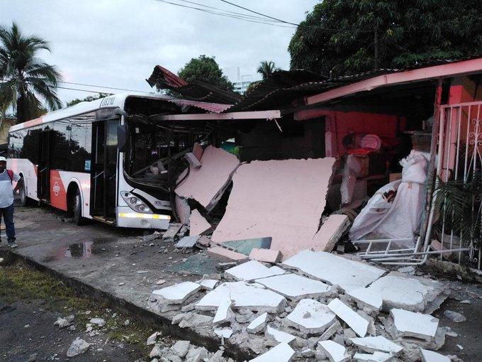 Cinco usuarios lesionados tras la colisión de un metrobús en Panamá Viejo
