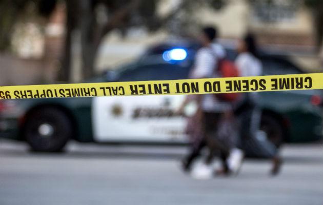 Testigos presenciales indicaron al canal News4Jax que un hombre recibió un impacto de bala en la cabeza y la mujer fue disparada en la cadera.