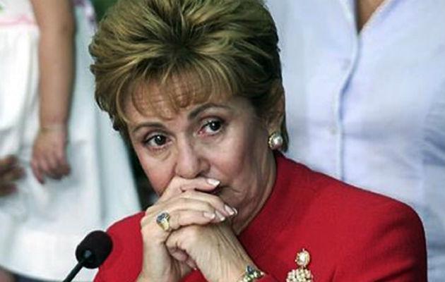 Con pala en mano, Mireya Moscoso le tocó tapar los huecos en Pedasí