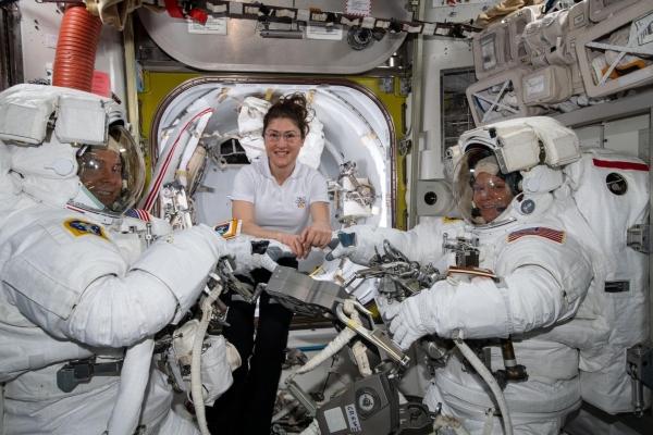 La falta de un traje apropiado frustra el primer paseo espacial con mujeres de la NASA