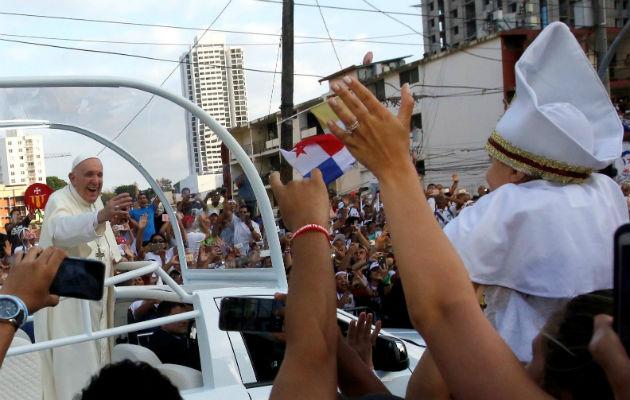 Papa Francisco admirado ante panameños que le pedían bendecir sus hijos