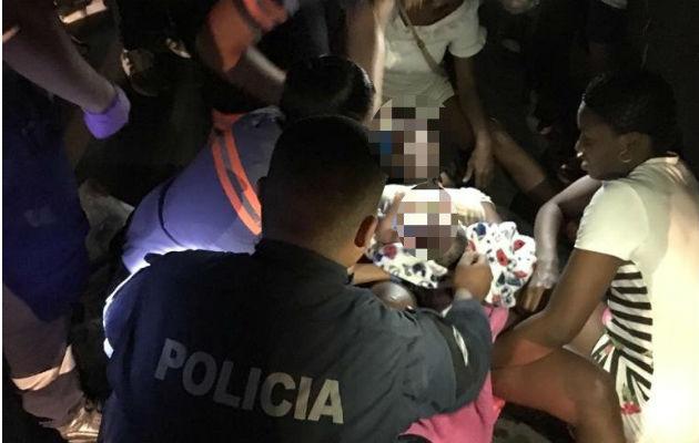 Policías asisten a mujer que dio a luz en plena calle en Río Abajo