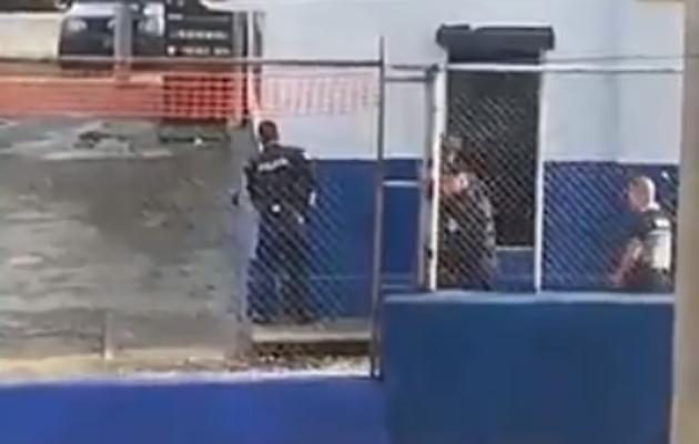 Miembro de la Policía Nacional se toma la armería del cuartel en Calle 12 Colón