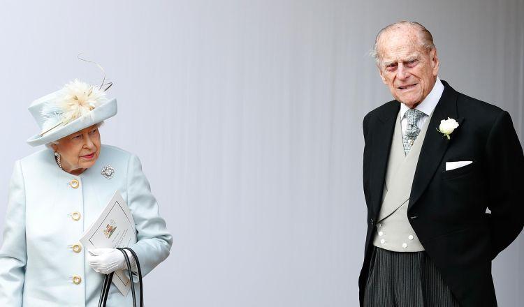 Príncipe Felipe entrega su licencia después de accidente