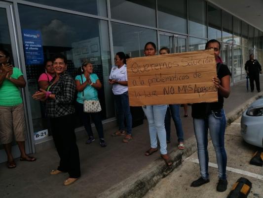Moradores de Loma de Mastranto están cansados de los apagones
