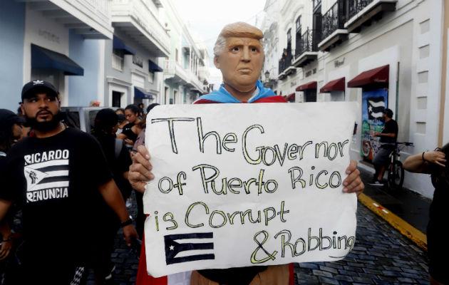 Policía lanza gases lacrimógenos contra manifestantes en San Juan