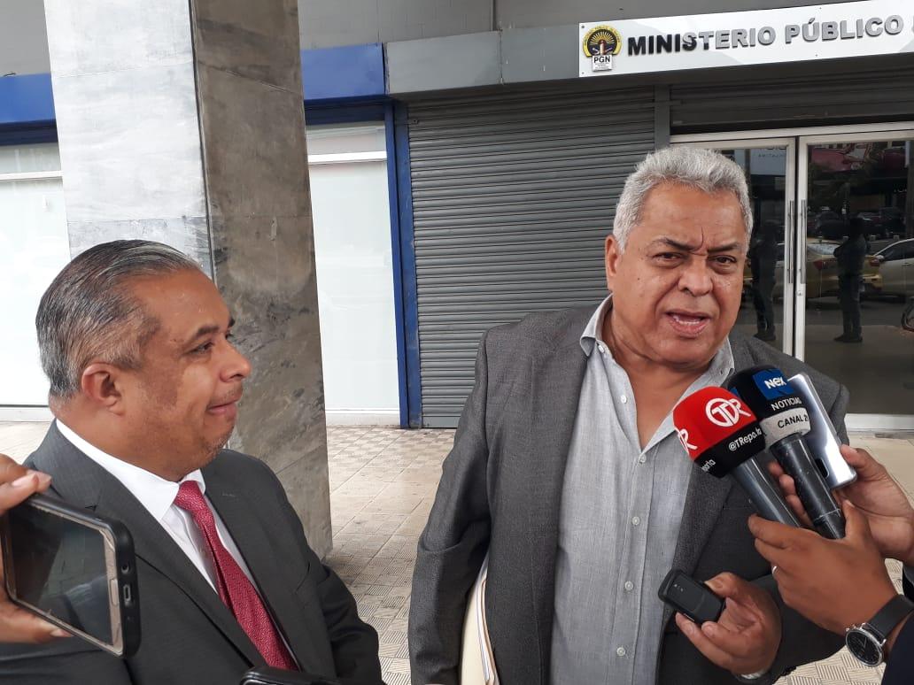 Los abogados Roniel Ortiz y Alejandro Pérez interpusieron la querella penal. Foto: Víctor Arosemena