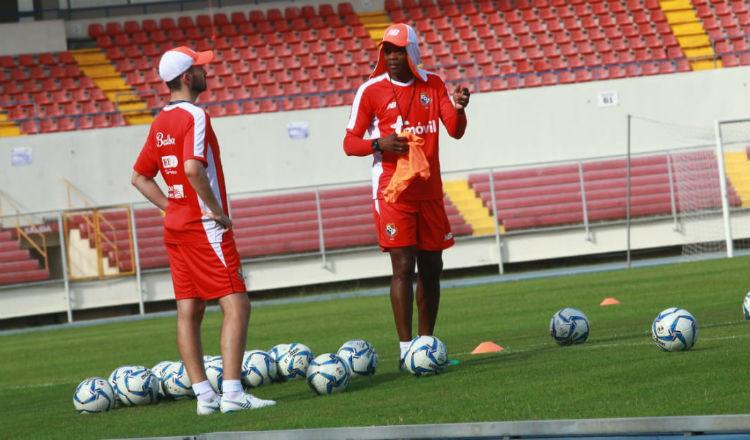 Julio Dely (der.) en los entrenamientos en el Estadio Rommel Fernández. Foto: Anayansi Gamez.