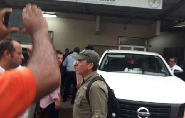 Rolando López amenaza a periodistas que intentan grabar entrega de cuerpos en morgue de David