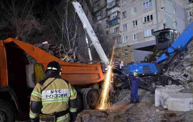 Rescatan a bebé de 11 meses entre los escombros de un edificio en Rusia