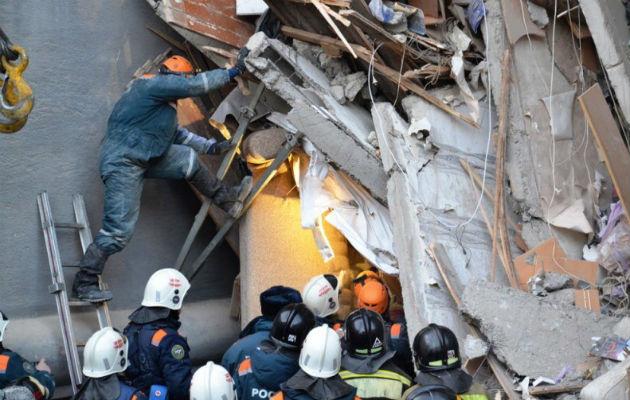 Se incrementan a 14 los muertos por derrumbe de edificio en los Urales
