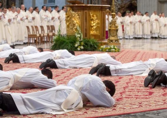 El Vaticano abre el debate sobre la ordenación de hombres casados como sacerdotes