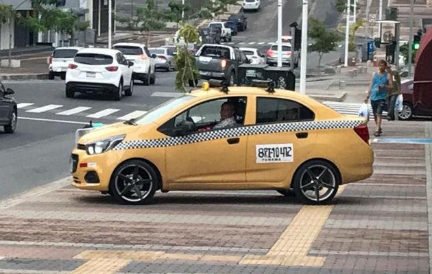 Multan a taxista por manejar sobre acera en la avenida Justo Arosemena