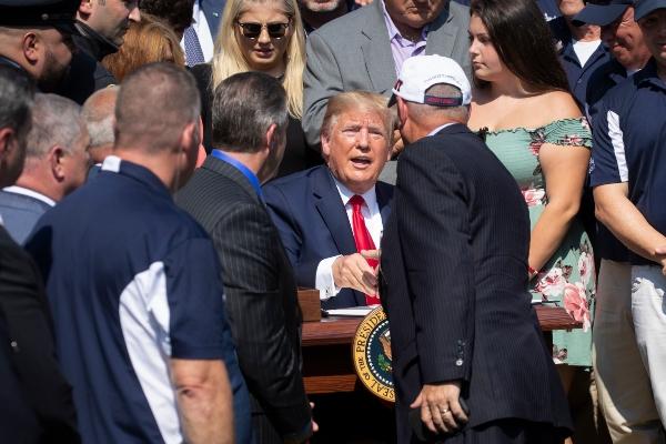 Donald Trump firma ley para financiar los cuidados médicos de los