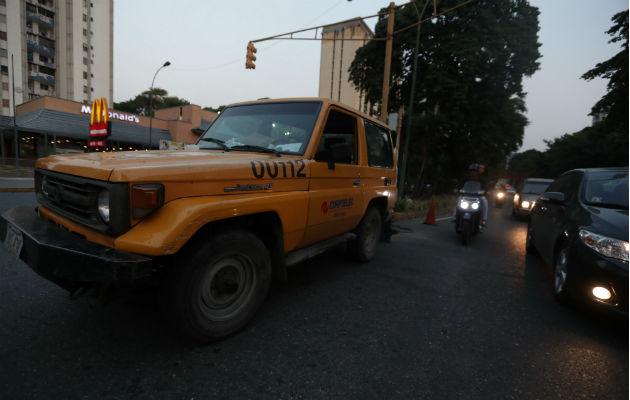 Vehículos transitan por una calle sin alumbrado público por la falta de fluido eléctrico en Caracas (Venezuela). Foto: EFE.