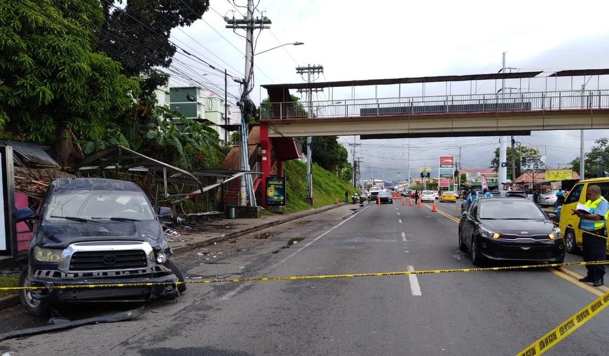 La parada de buses a la altura de Villa Lorena quedó totalmente destruída.