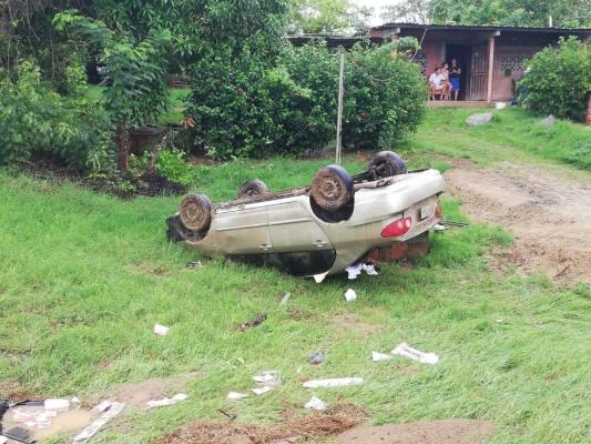Pierde el control y quedó volcado en el patio de una casa en la vía Pesé-Chitré