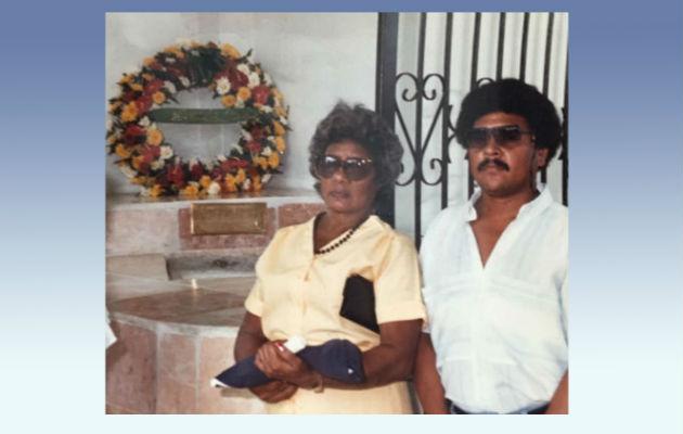Madre y hermano de Martiza Alabarca la recuerdan en su tumba.