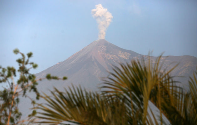 Volcán de Fuego de Guatemala aumenta actividad y registra 32 explosiones