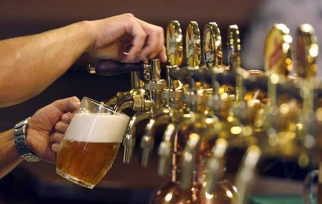 Gigantes beben éxito de cerveza artesanal en los Estados Unidos