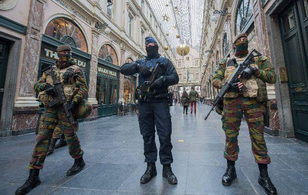Bruselas sigue paralizada por amenaza de terroristas
