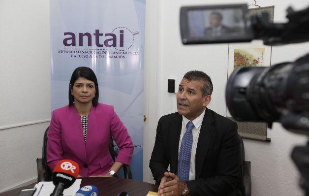 Unos 80 funcionarios con doble nacionalidad hacen cobros ilegales