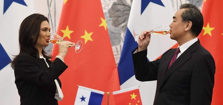 La ministra de Asuntos Exteriores de Panamá, Isabel de Saint Malo, dio la mano a su homólogo chino, Wang Yi, tras el inicio de relaciones diplomáticas / EFE