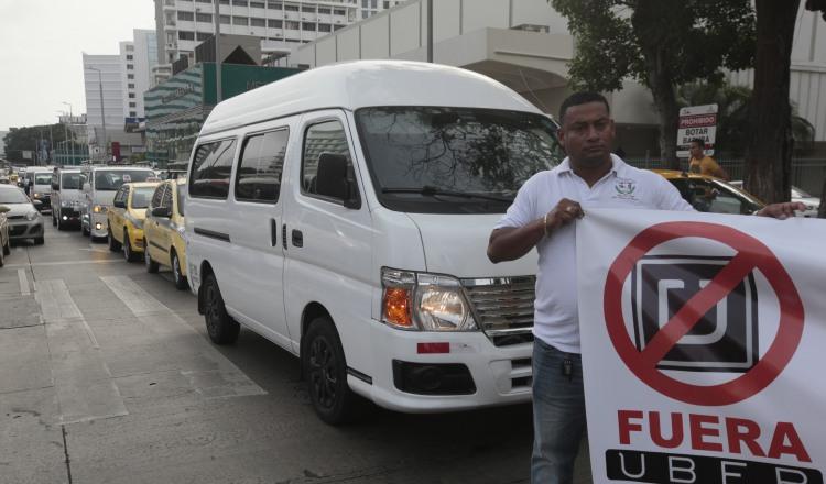 Taxistas de turismo manifestaron su rechazo en varias protestas en contra de la plataforma Uber en Panamá. /Foto Archivo