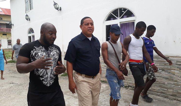 René Moses (centro), coordinador ejecutivo del programa Barrios Seguros, conversa con integrantes del mismo. /Foto Cortesía