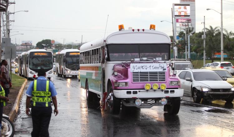 Los buses diablos rojos retornaron a la ciudad, tras ser indemnizados en el pasado gobierno, pese a la presencia de los metrobuses. /Foto Archivos