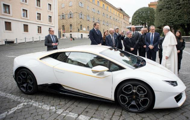 Francisco recibió un Lamborghini y lo destinará a obras de caridad