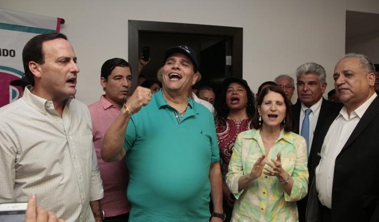 Simpatizantes acompañaron a la ex primera dama y otros dirigentes a inscribir la nómina. /Foto Víctor Arosemena
