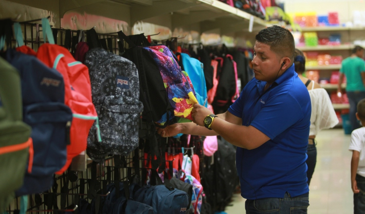 Uniformes de las escuelas privadas suben de precio