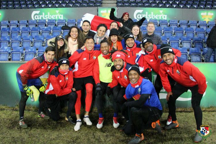 Aficionados panameños respaldan al equipo nacional en Dinamarca. Foto:Fepafut