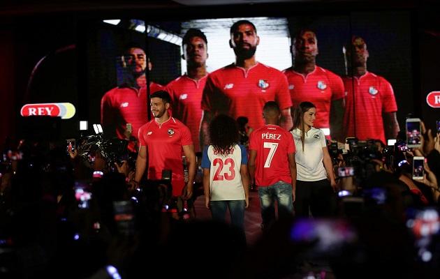 Ambas camisetas tienen por dentro del cuello el inicio del coro del Himno  Nacional de Panamá