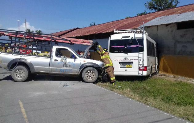 Ocho heridos por colisión entre pick up y un bus en Bocas