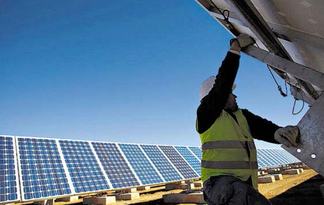 Cargo extra aplicaría a los que usan paneles solares y se conectan a la red