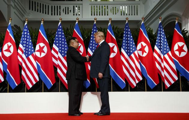 Trump y Kim Jong-un inician cumbre con estrechón de manos