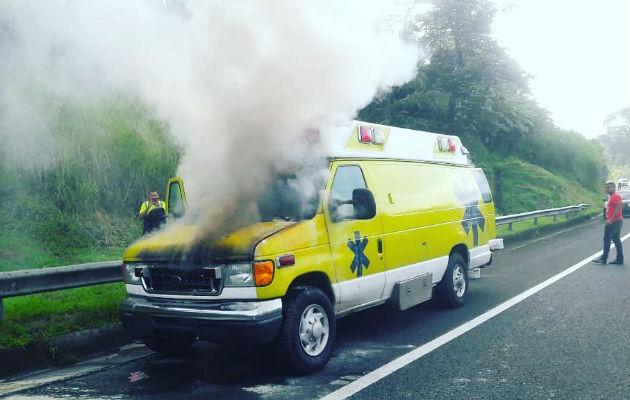 ¡Peligro! Arde ambulancia en la autopista Panamá - Colón