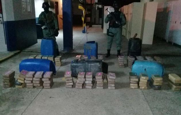Hallan 140 paquetes de drogas en tanques plásticos y restos óseos en Veracruz