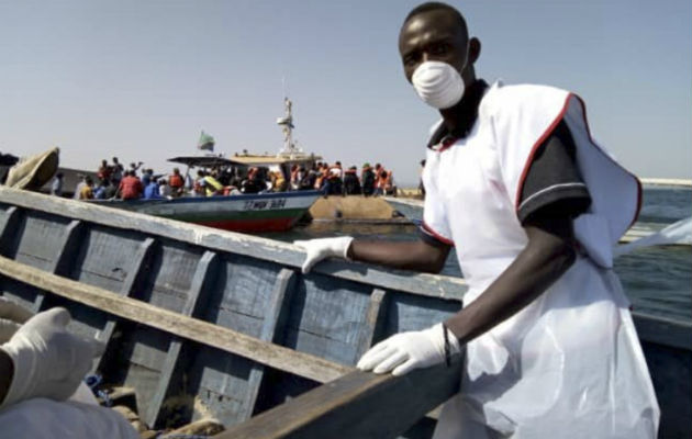 Voluntarios de la Cruz Roja involucrados en los esfuerzos de rescate por el naufragio en Tanzania. AP