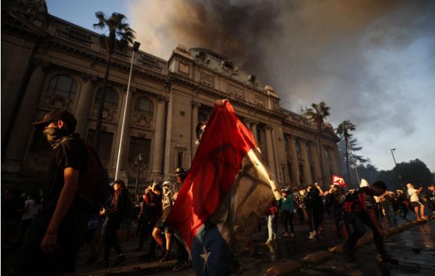 Chile arde en primer día sin militares en la calle y tras cambio de gabinete