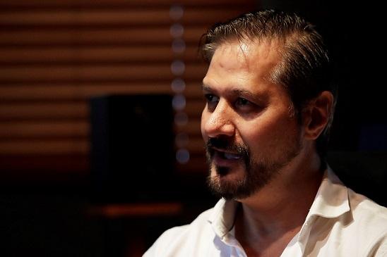 El director de cine panameño Luis Pacheco habla el lunes 28 de octubre durante una entrevista con Efe en las oficinas de Jaguar Films en Ciudad de Panamá (Panamá). Foto: EFE.