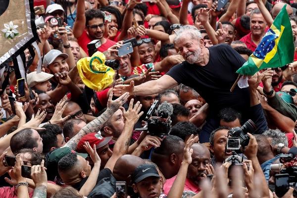 El expresidente Lula da Silva prepara su oposición a Bolsonaro y la derecha lo quiere en la cárcel