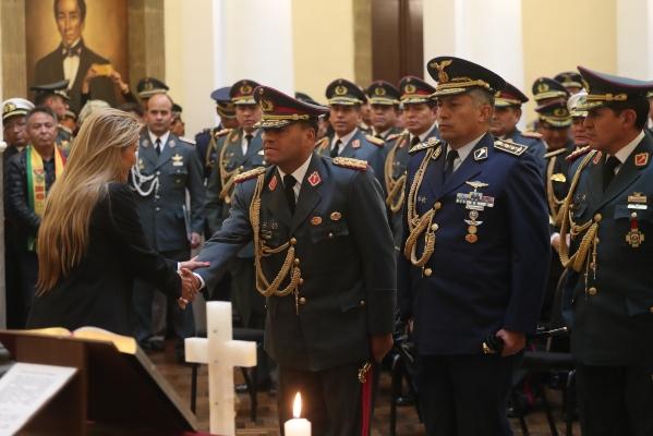 Presidenta interina de Bolivia realiza cambios en la cúpula militar