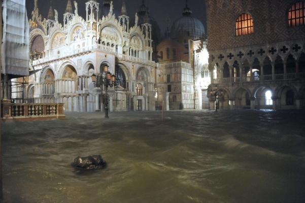 Existe una gran preocupación por la basílica de San Marcos, ya que el nivel del agua llegó a los 110 centímetros durante la noche y la ha inundado completamente, incluyendo la cripta del santo. FOTO/AP