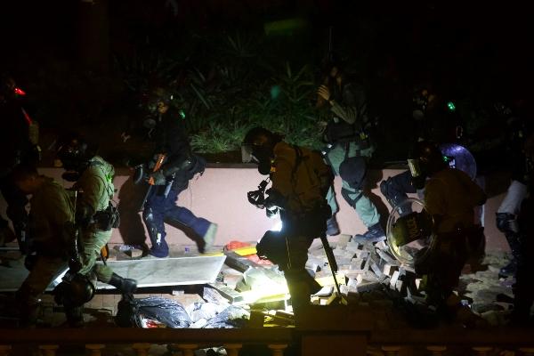 La policía allanó una universidad de Hong Kong ocupada por manifestantes