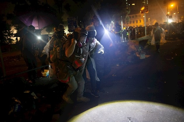 Manifestantes atacan a la policía para permitir la salida de sus compañeros del a universidad