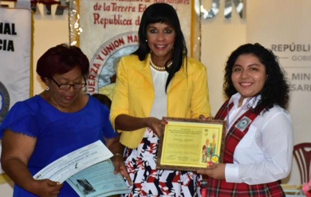 Alumna talentosa colonense gana premio de ensayo sobre adultos mayores